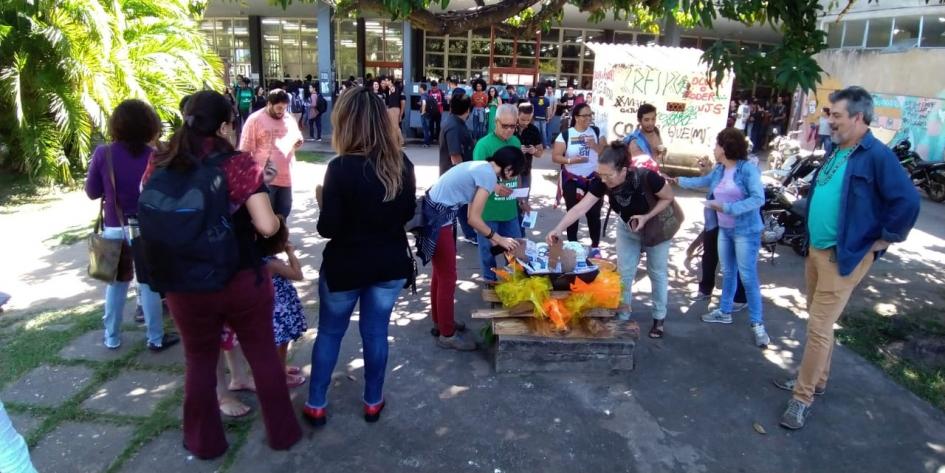 """Movimentos sociais """"fritam"""" Bolsonaro e sua equipe em ato para marcar Dia Internacional do Meio Ambiente na UFMT"""